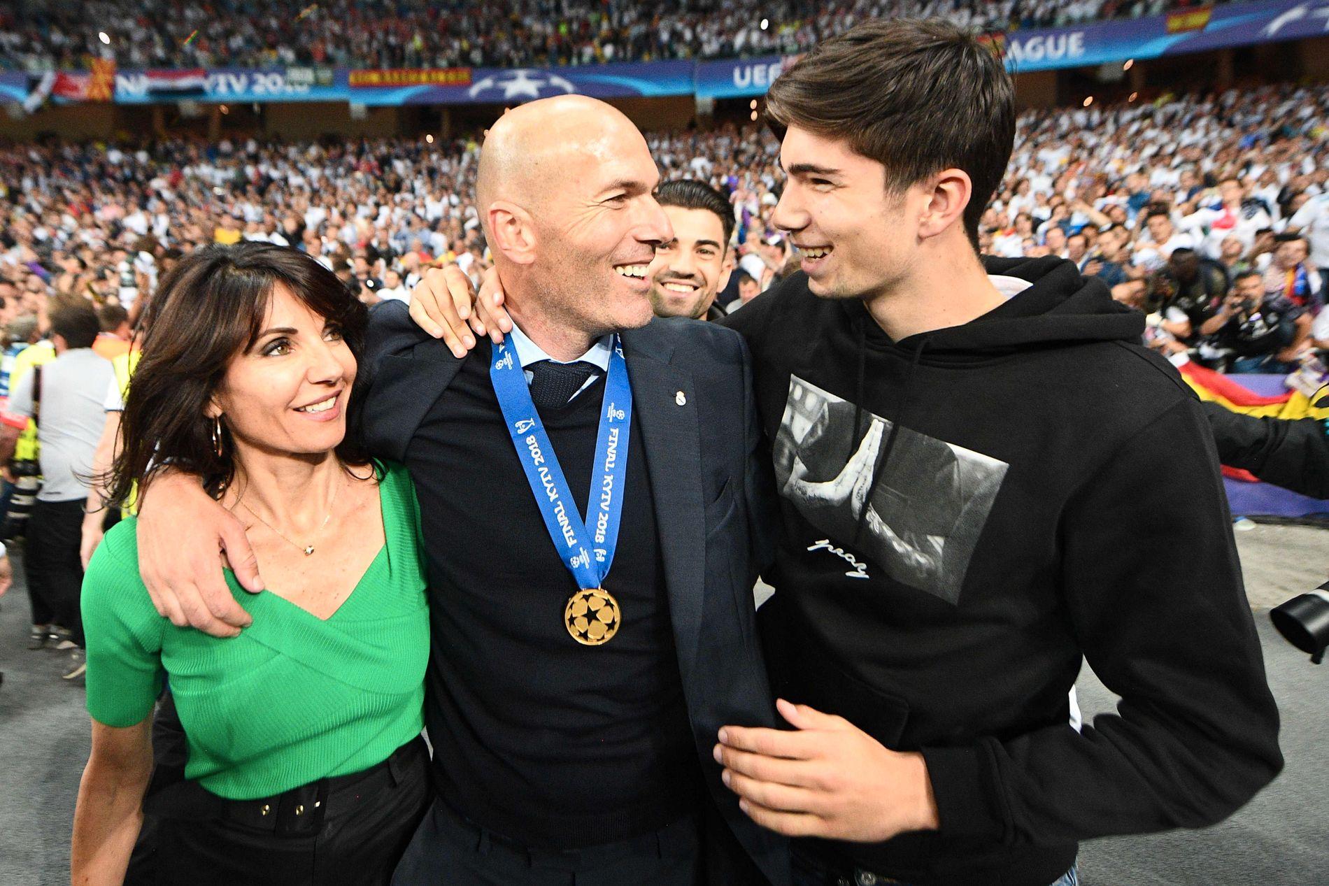 FAMILIEFEIRING: Kona Veronique og sønnen Theo feirer med Zinédine Zidane etter seieren over Liverpool.