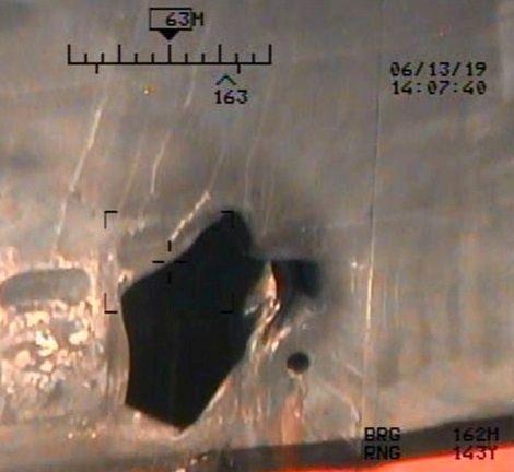 FLERRET: Skroget av det japanske tankskipet Kokuka Courageous ble flerret opp under angrepet torsdag. Bildet er offentliggjort av Pentagon mandag.