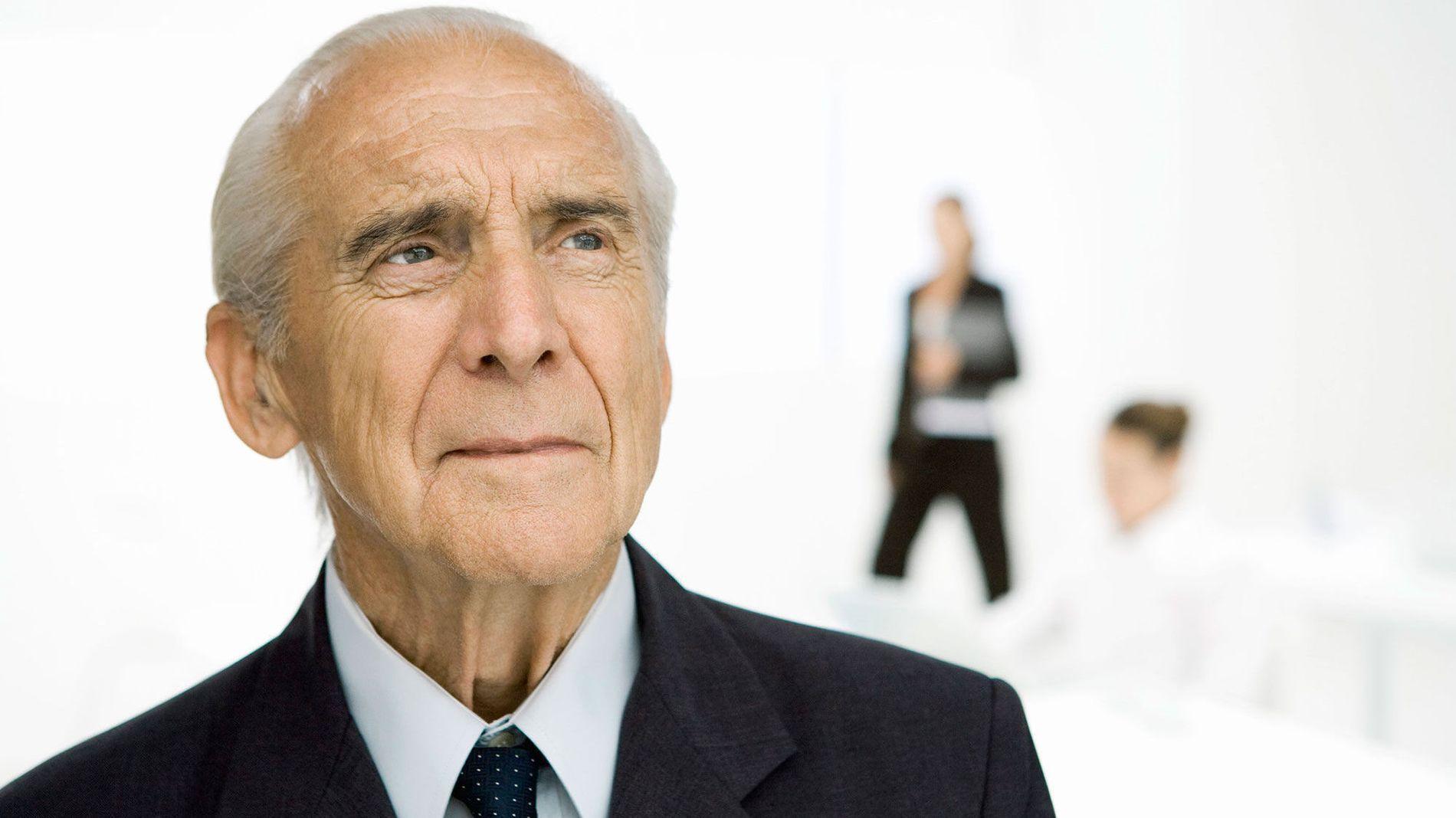 BEKYMRET: Når kan du egentlig bli tvunget til å gå av med pensjon?