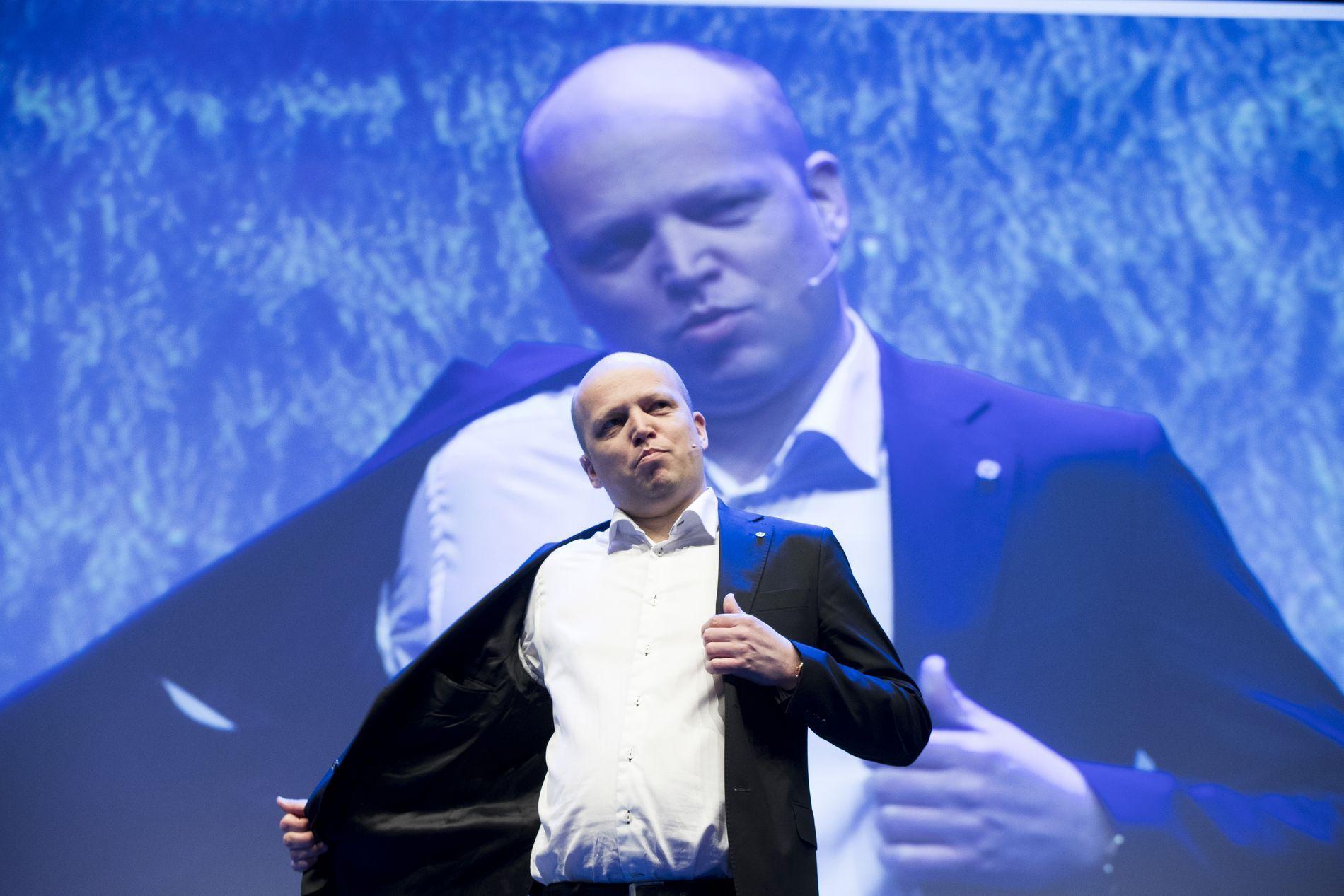 DISTRIKTER: – Om ikkje Trygve Slagsvold Vedum (bildet) har gode svar (noko han ikkje har), så maktar han i alle fall å sjå distrikts-Noreg nedanfrå, og er tøff nok til å seie ifrå, skriv Venstre-politikar Alfred Bjørlo.