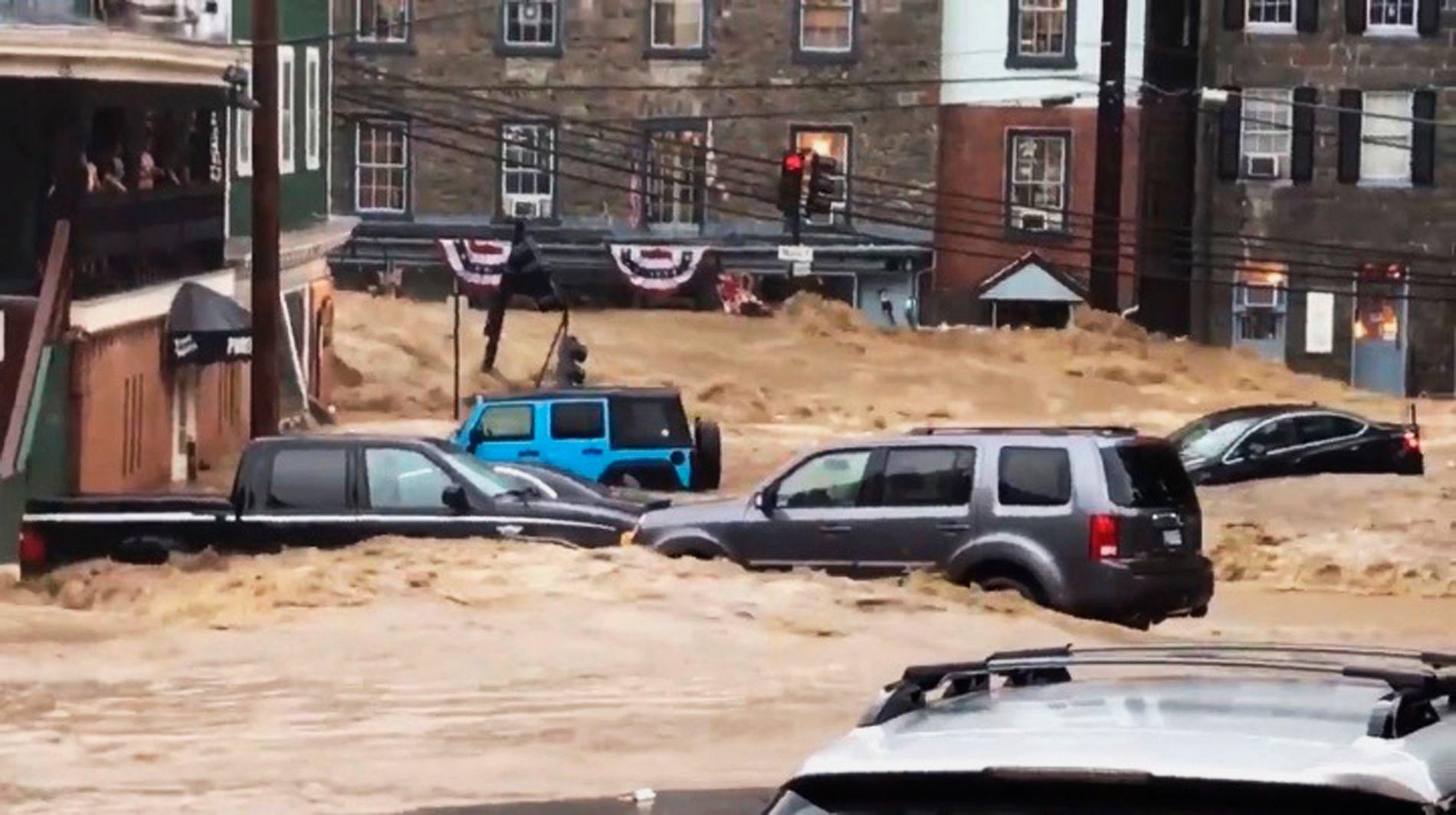 MYE VANN: Vannet som fosset nedover hovedgaten i Ellicott City tok med seg blant annet biler som sto parkert langs veien.