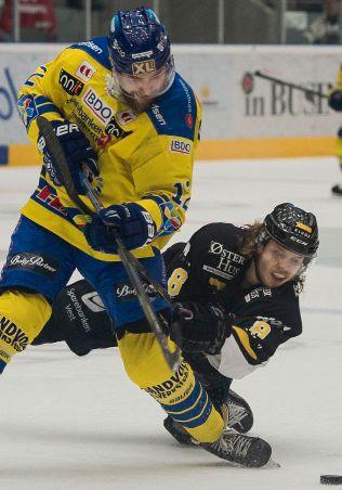 SCORET TO KJAPPE: Jacob Berglund (t.v.) satte inn to tidlige mål for Storhamar, men det holdt ikke for hjemmelaget. Her er han i aksjon mot Stavanger Oilers og Mathias Trettenes forrige sesong.
