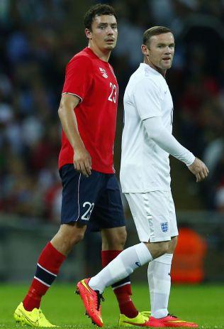 FORSVARSSJEF: Vegard Forren passet på Wayne Rooney på Wembley tirsdag kveld.
