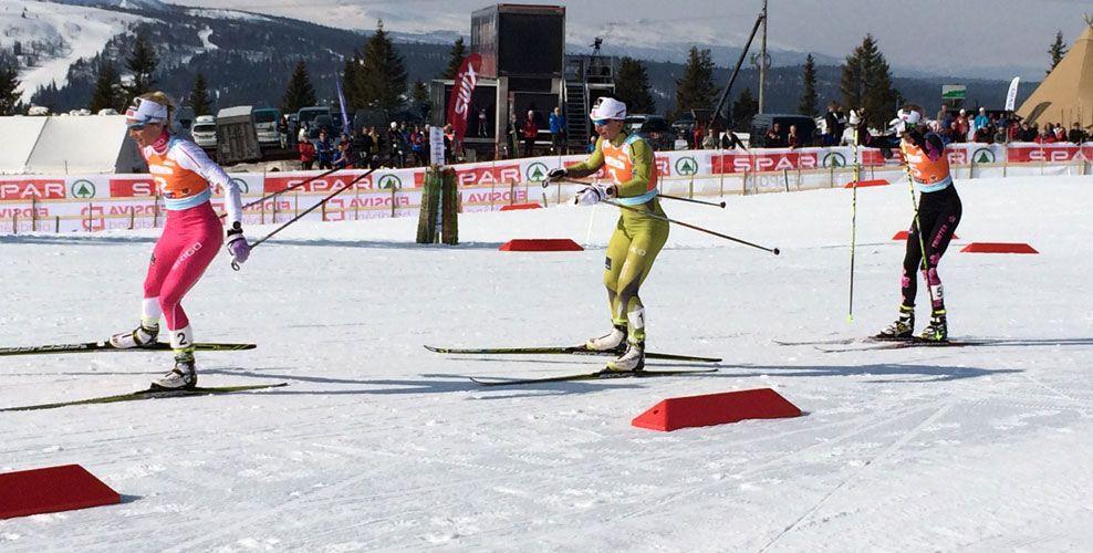 SLO JOHAUG: Marit Bjørgen (midten) kom sterkt på slutten og slo lagvenninnen Therese Johaug (t.v.). Foto: Joakim Skogvold
