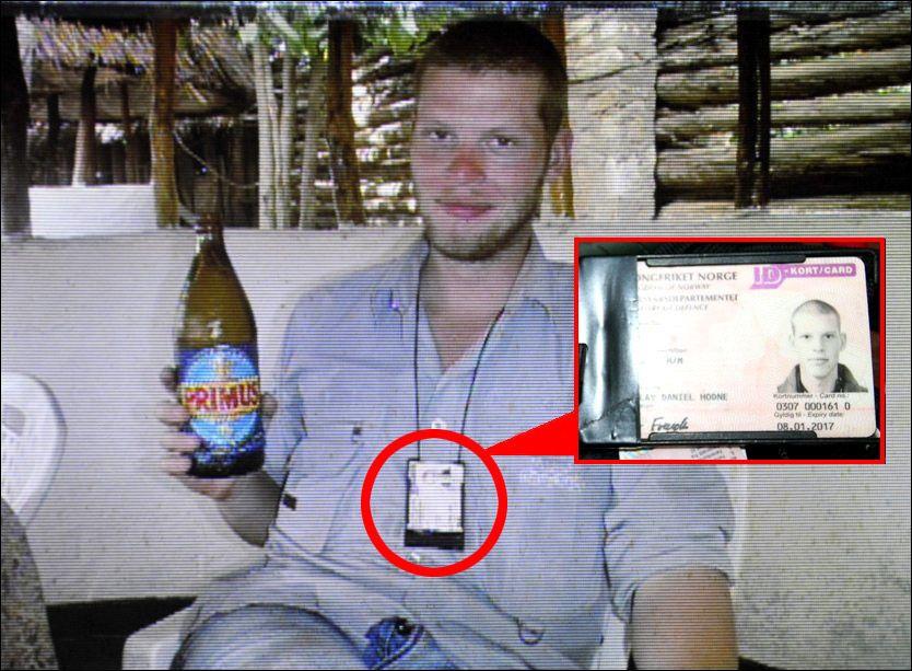 BRUKTE KORTET: Her er Joshua French avbildet på pub mens han drikker det kongolesiske ølet Primus, og har ID-kortet for Forsvaret synlig hengende rundt halsen. Bildet ble vist under rettssaken. Foto: PRIVAT