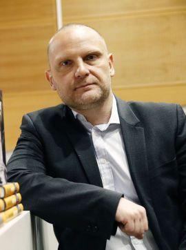 IKKE SMILEY-ENTUSIAST: Statsviter, forfatter og redaktør Frank Rossavik setter ikke pris på utstrakt smilefjesbruk.