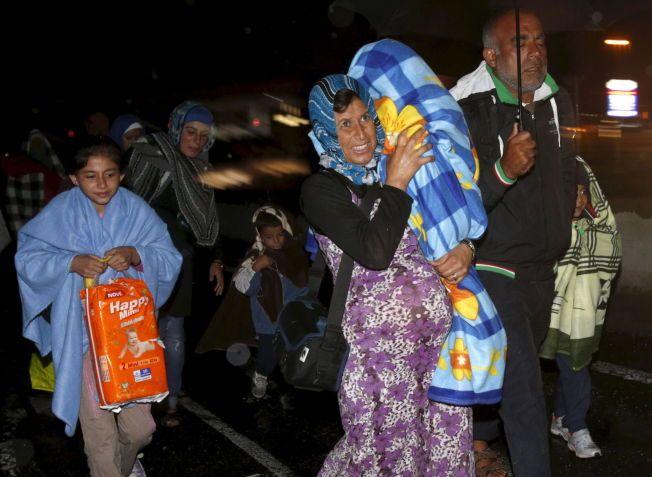 ETT SKRITT NÆRMERE: Etter flere dager i uvisshet, lot ungarske myndigheter flyktningene slippe over grensen til Østerrike tidlig lørdag morgen. Disse bildene er tatt ved grensestasjonen Hegyeshalom.
