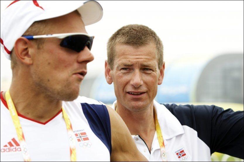 GULL-DUO: Olaf Tufte tok OL-gull i roing i 2004 og fulgte opp med et nytt gull fire år etter. Her er han sammen med trener Tore Øvrebø under lekene i Beijing i 2008. Foto: CORNELIUS POPPE/NTB SCANPIX
