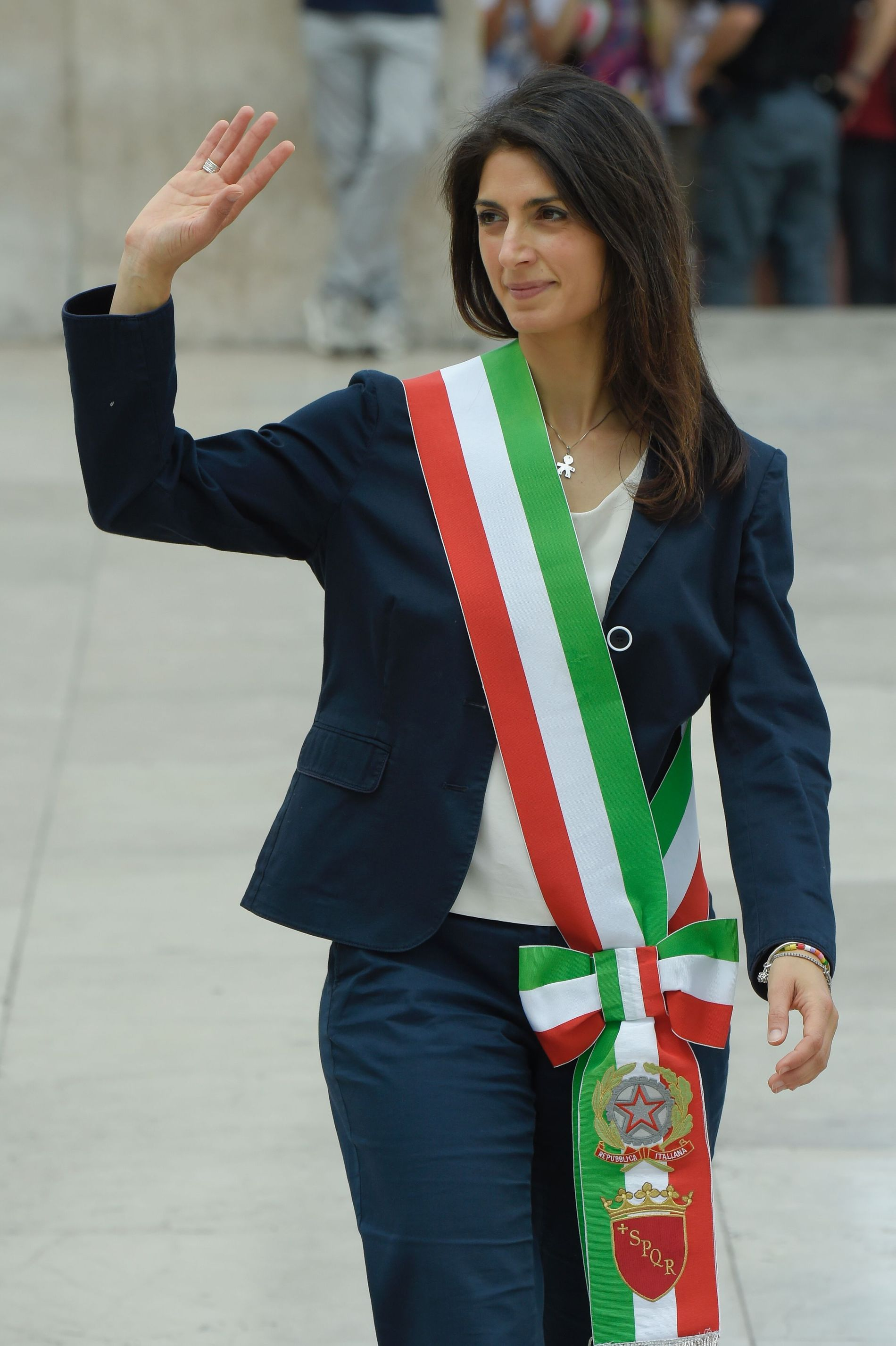 VALGSKRED: Med overveldende flertall ble den da 37-årige advokaten Virginia Raggi i sommer valgt til Romas første kvinnelige ordfører. Til tross for stor personlig popularitet, sliter hun med å styre byen, og flere av hennes nærmeste medarbeidere har gått av.