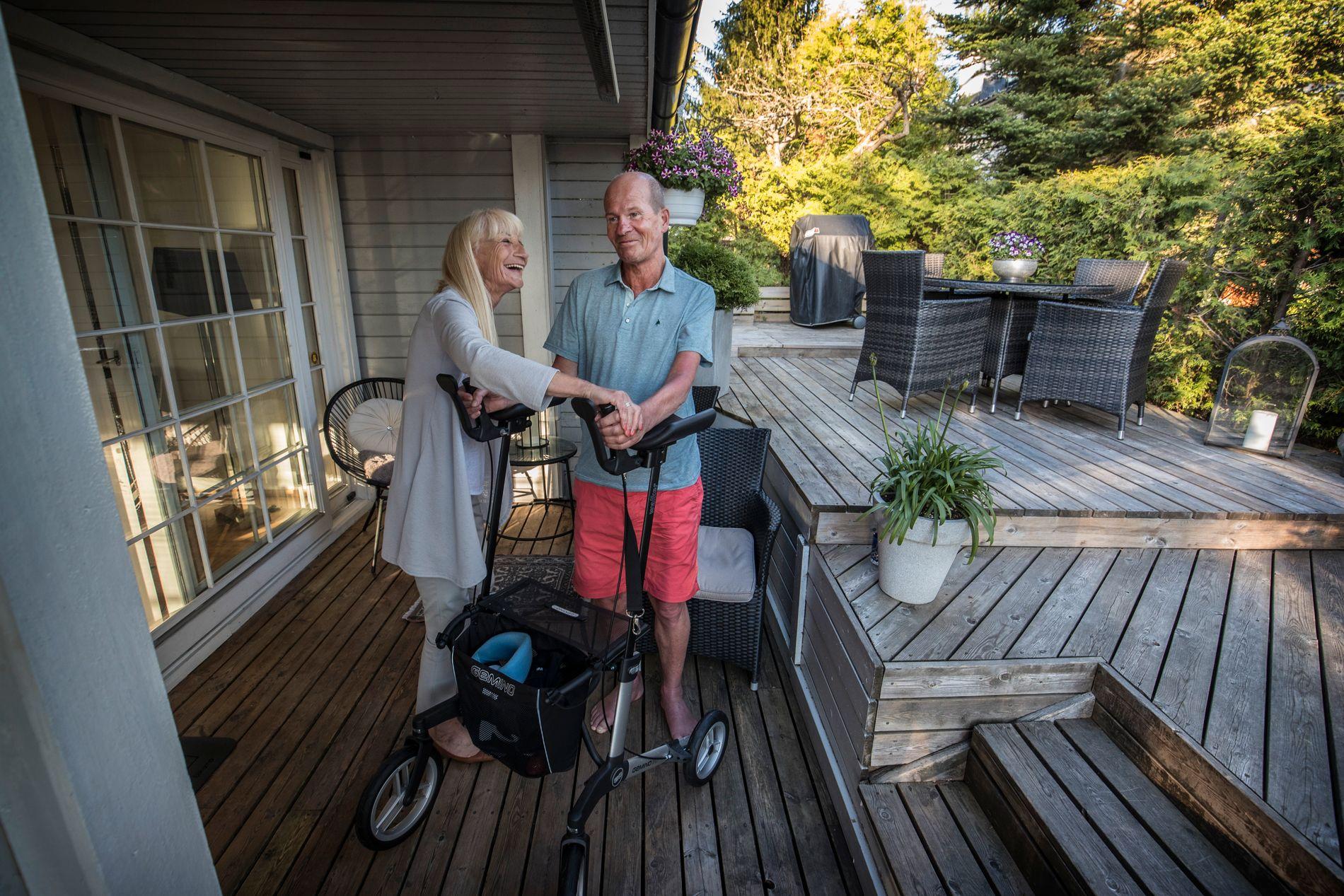 SAMMEN: Johnny Larsåsen forteller at sykdommen ALS har påvirket hele familien hans, og da spesielt kona, Elisabeth. Hun har vært med ham på alle behandlingsreisene til utlandet.