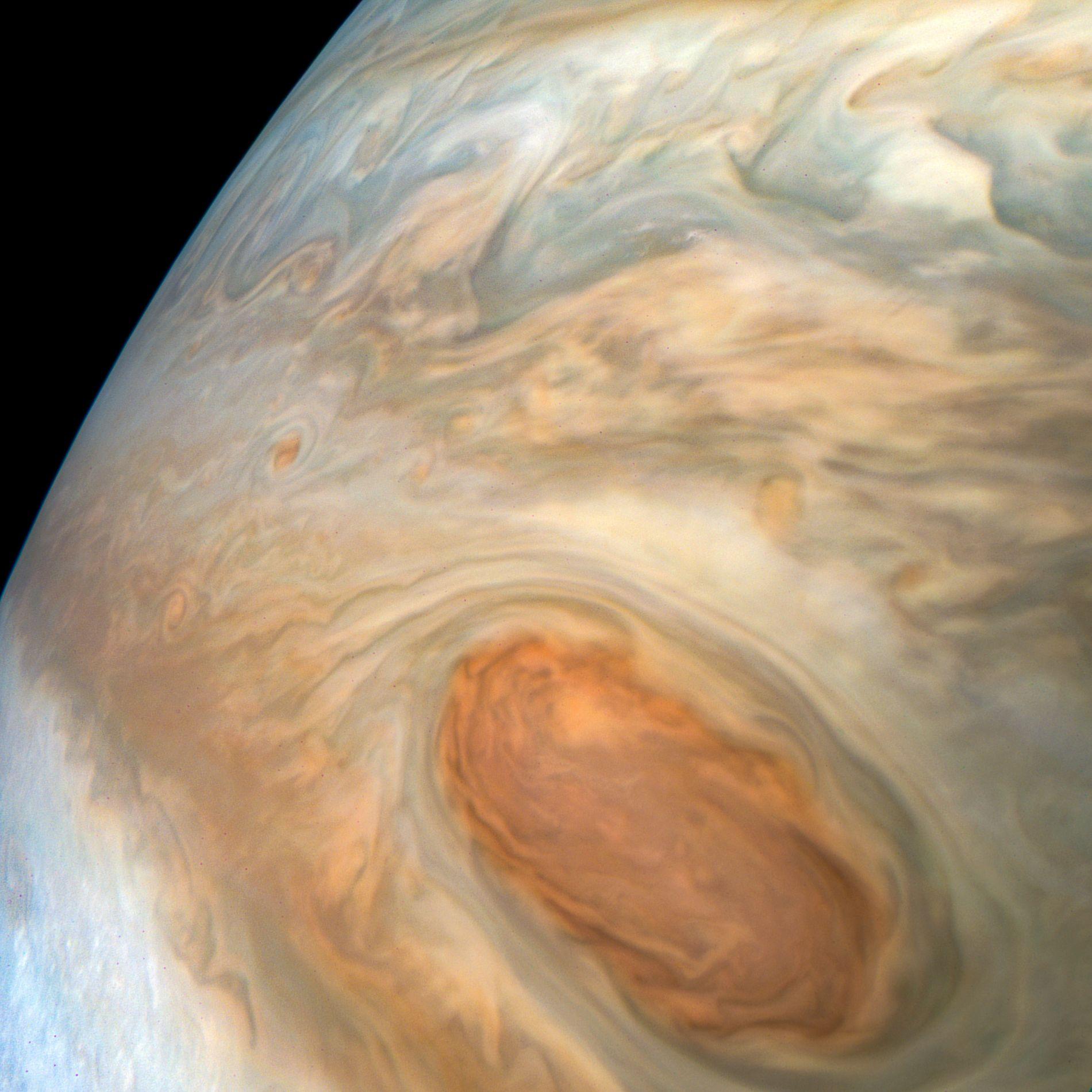 JUPITER: Foruten å gjøre mange ulike målinger, har NASAs romsonde Juno tatt bilder av Jupiters overflate som gir et mer detaljert bilde av hvordan planeten ser ut, enn man har hatt tidligere.