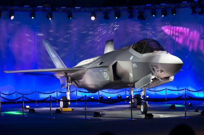 KAMPFLY: Norges første F-35 kampfly ble vist fram på Lockheed Martin-fabrikken i Fort Worth i Texas i september i fjor.