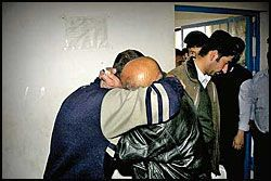 FÅR BESØK: Faraidun får besøk av familien i fengselet. Her blir han omfavnet av far Latif Sharif. Foto: OLE DAG KVAMME Foto: