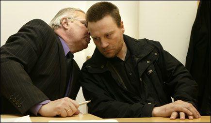 ANGRENDE: Johnny Olsen (t.h.) i samtale med sin forsvarer, Fridjof Feydt, før fengslingsmøtet i Oslo tinghus i mars ifjor. Foto: Scanpix