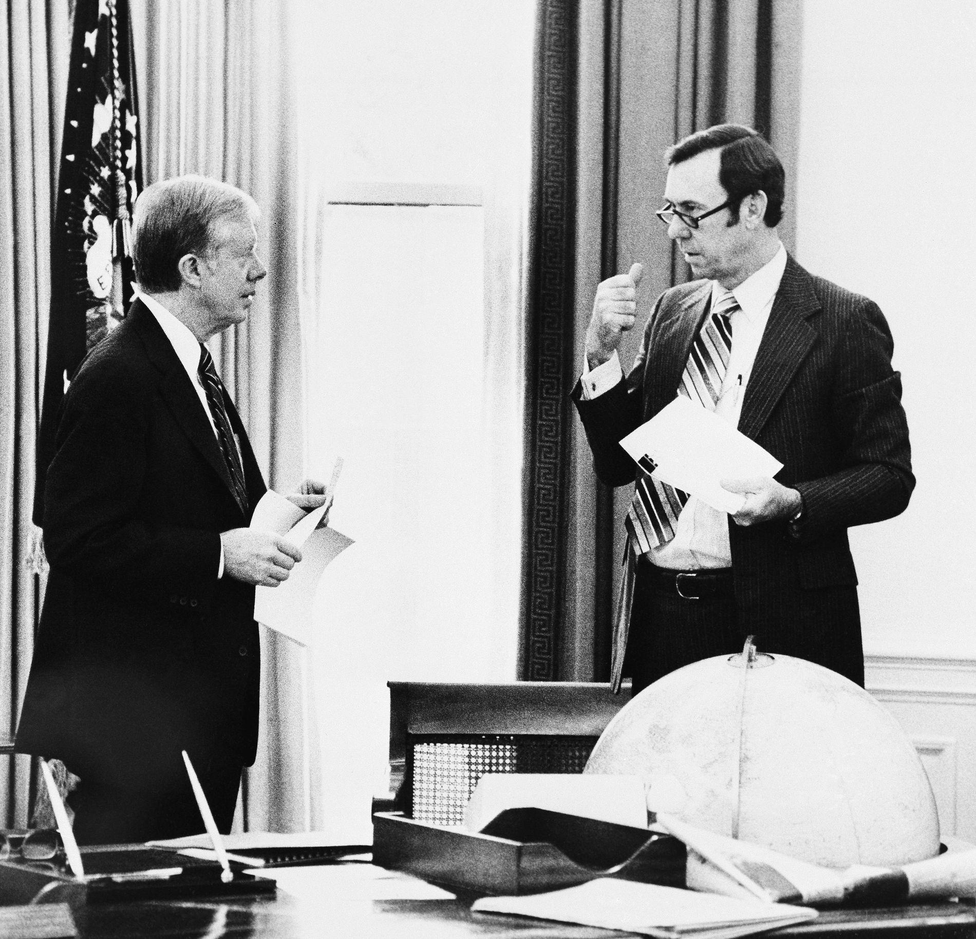 PRESIDENTRÅDGIVER: Gary Sick avbildet i Det ovale kontor sammen med daværende president Jimmy Carter 20. januar 1981. Det var dagen 66 amerikanske diplomater og borgere ble løslatt etter å ha vært holdt som gisler av Iran i 444 dager.
