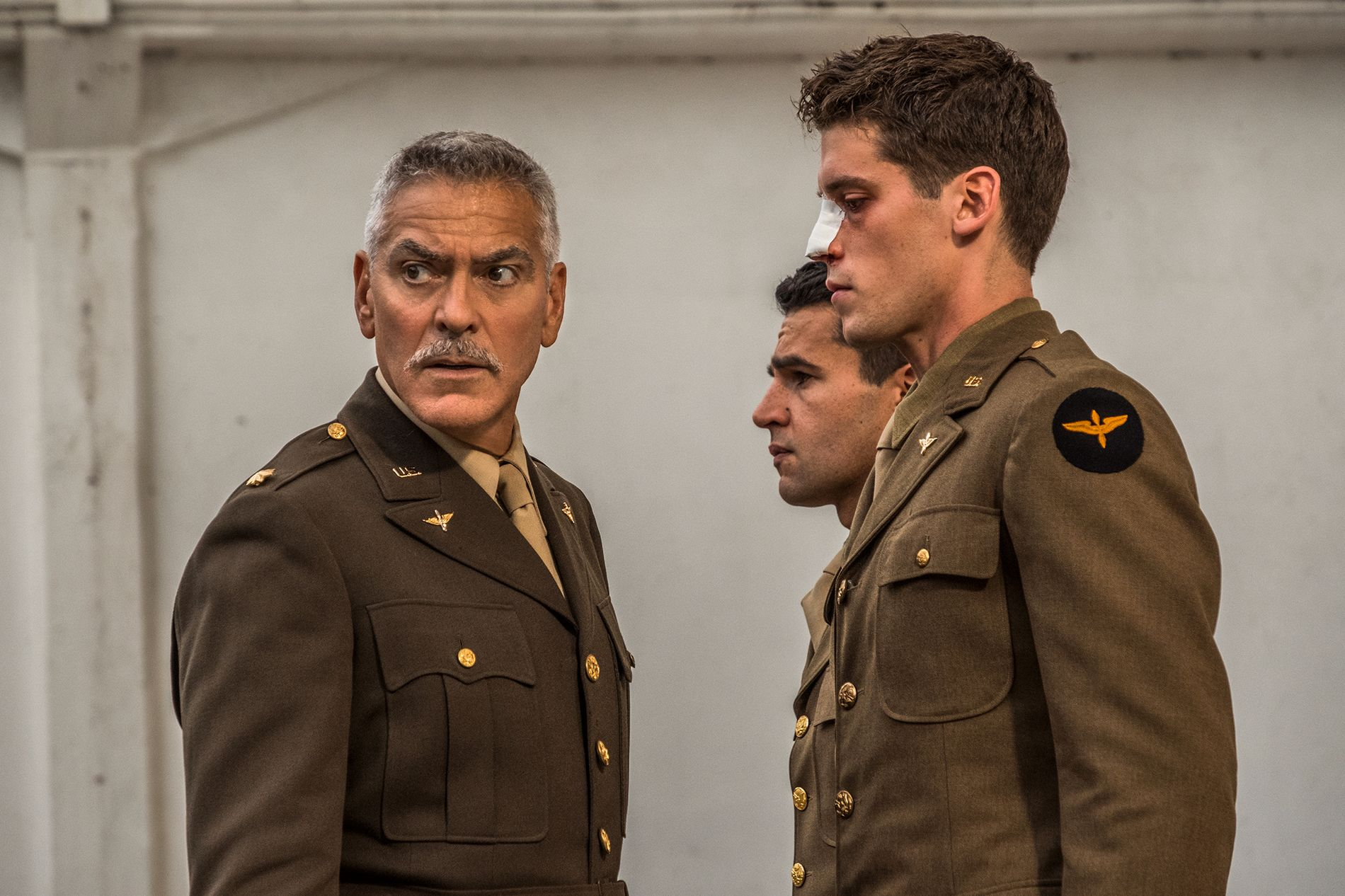 ABSURD: Scheisskopf (George Clooney), Yossarian (Christopher Abbott) og Clevinger (Pico Alexander) i «Catch-22».
