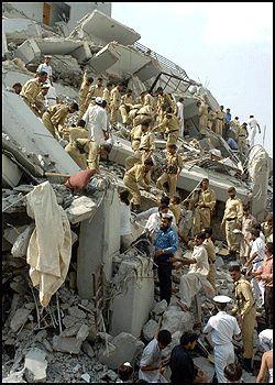 LETER: Pakistansk politi og redningsarbeidere leter etter overlevende i ruinene fra en kollapset bygning. Skjelvet kan ha tatt mer enn 1000 menneskeliv. Foto: AFP