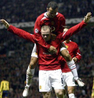 RÅSKAP: Wayne Rooney debuterte som 18-åring for Manchester United med tre scoringer mot Fenerbahce i Champions League i september 2004. Her hylles han av Ryan Giggs etter det andre målet. Ti år senere er Rooney i ferd med å bli en nøkkelmann på midtbanen for Manchester United.