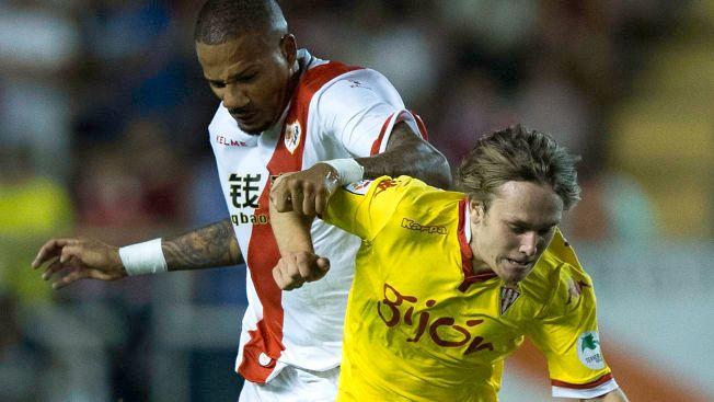 TALENT: Alen Halilovic (i gult) har virkelig blomstret i Sporting Gijón. Her er han i duell med Rayo Vallecanos Bebe, som for øvrig floppet i Manchester United, under en kamp i midten av september.