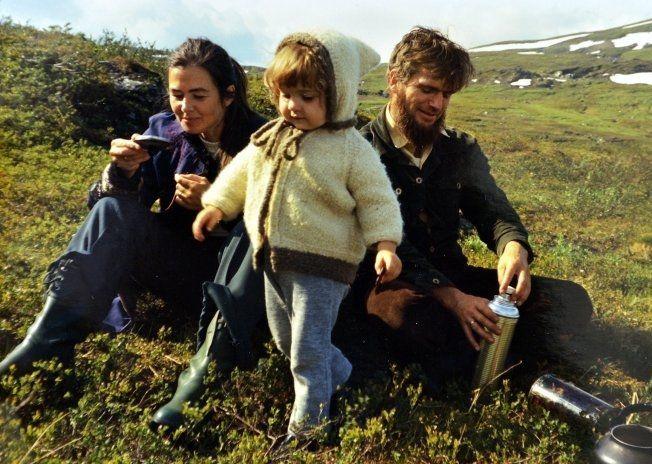 UT PÅ TUR: Kjersti sammen med mamma og pappa på fjelltur en gang på 70-tallet. De måtte rømme på hytta eller til fjells for å få familietid under den verste abortstriden. Foto: PRIVAT