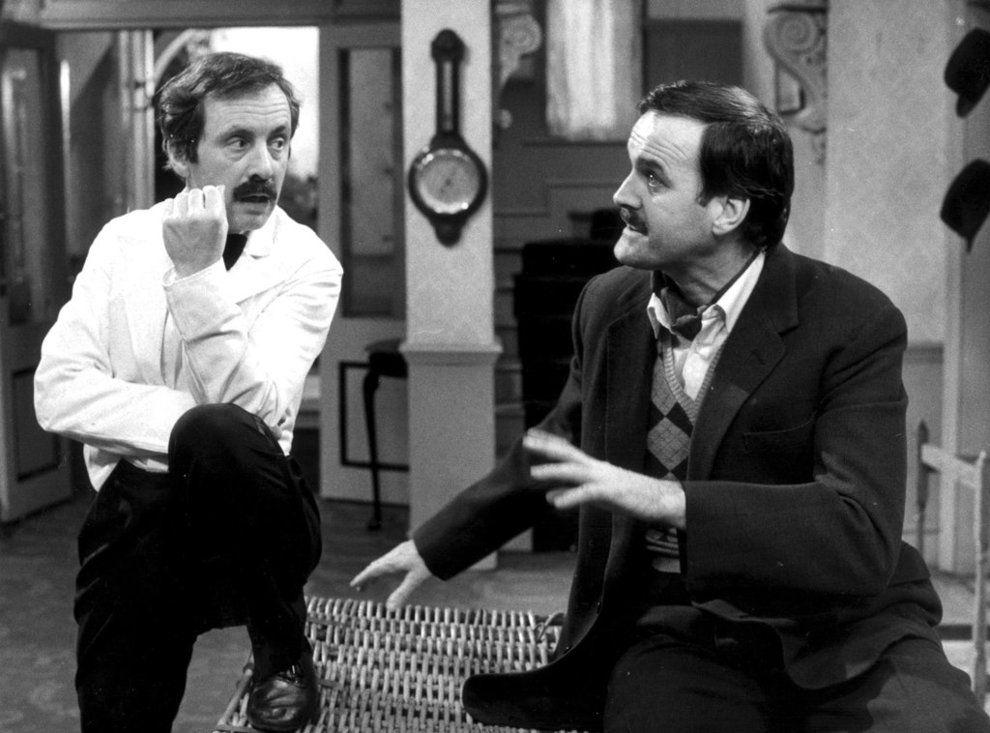 KOMIKER-DUO: Andrew Sachs (t.v.) som kelneren Manuel i TV-serien «Hotell i særklasse». Her sammen med serieskaper John Cleese i rollen som Basil Fawlty.