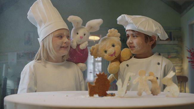 FLOTTE: Karsten og Petra-seriens meget dyktige hovedpersoner: Nora Amundsen og Elias Søvold-Simonsen, her i gang med å skape den virkelige julestemningen!
