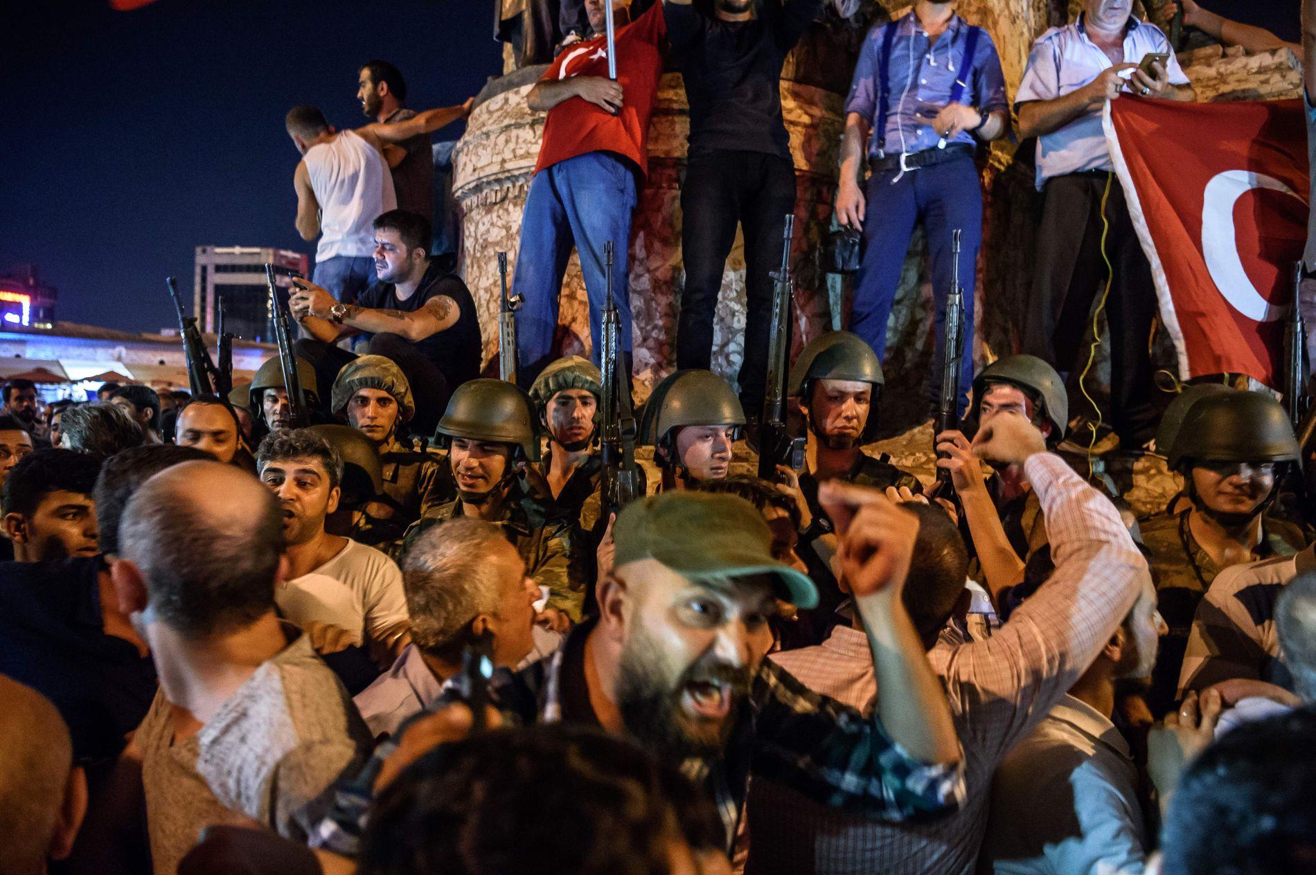 KAOTISK: Tyrkiske soldater står på Taksim-torget i Istanbul under en protest mot militærkuppet den 15. juli i fjor sommer.