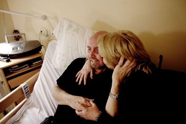 SISTE ØNSKE: Toril Mjanger gir sin  ektemann, Tommy Berg, en klem, bare noen få dager før han døde lille julaften. I fem år har hun kjempet for at skadelidte skal få hele erstatningen.