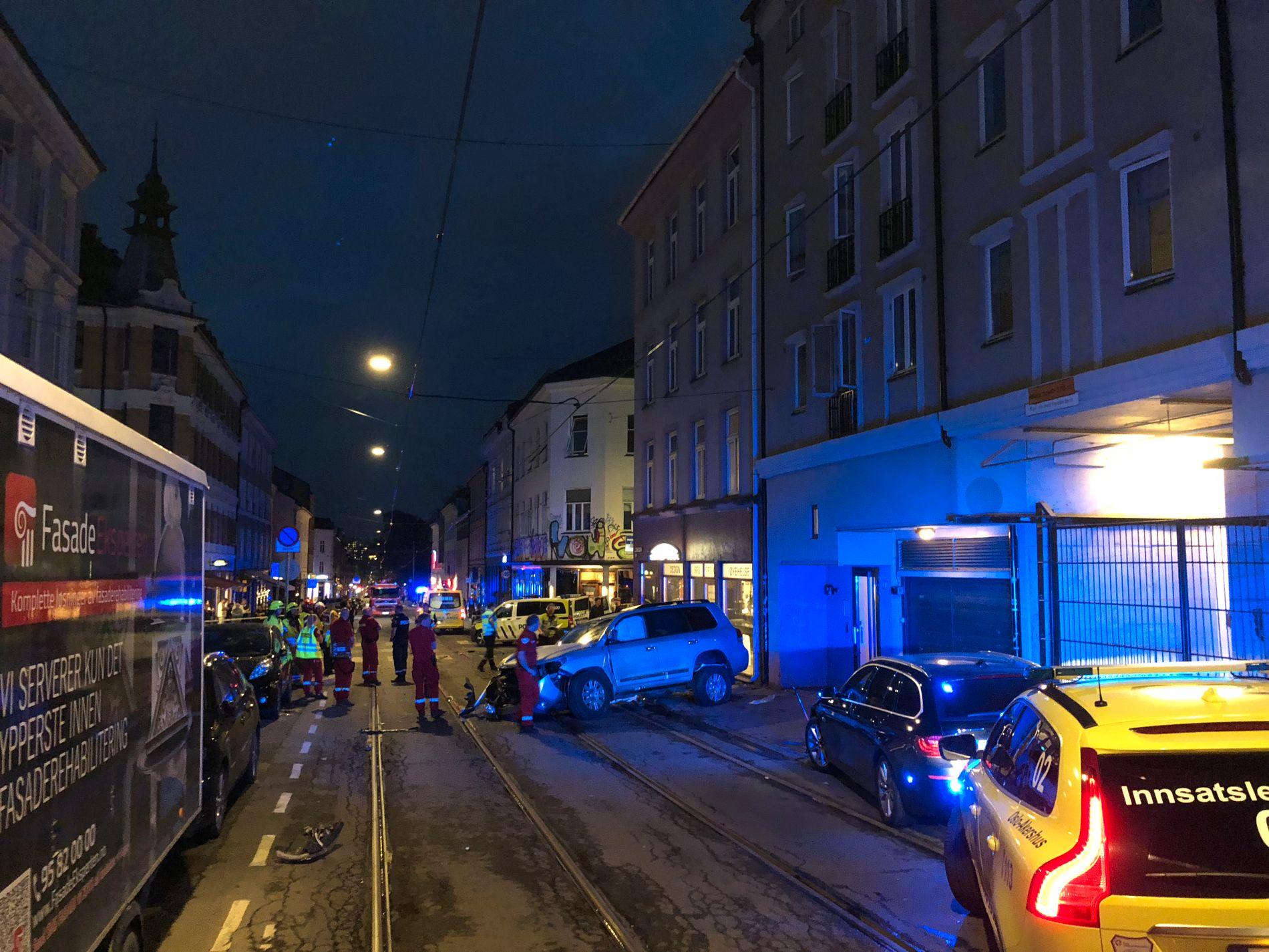 ALVORLIG: Politibilene hadde store skader etter kollisjonen.