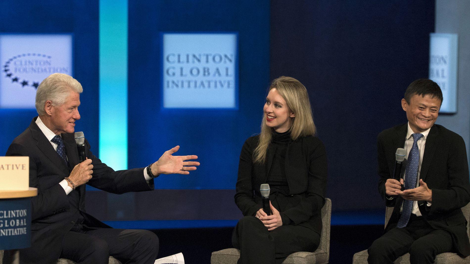 I SØKELYSET: Den tilsynelatende suksessen med Theranos ga Elizabeth Holmes status og oppmerksomhet. Her i samtale med tidligere president Bill Clinton og Alibaba-toppen Jack Ma.