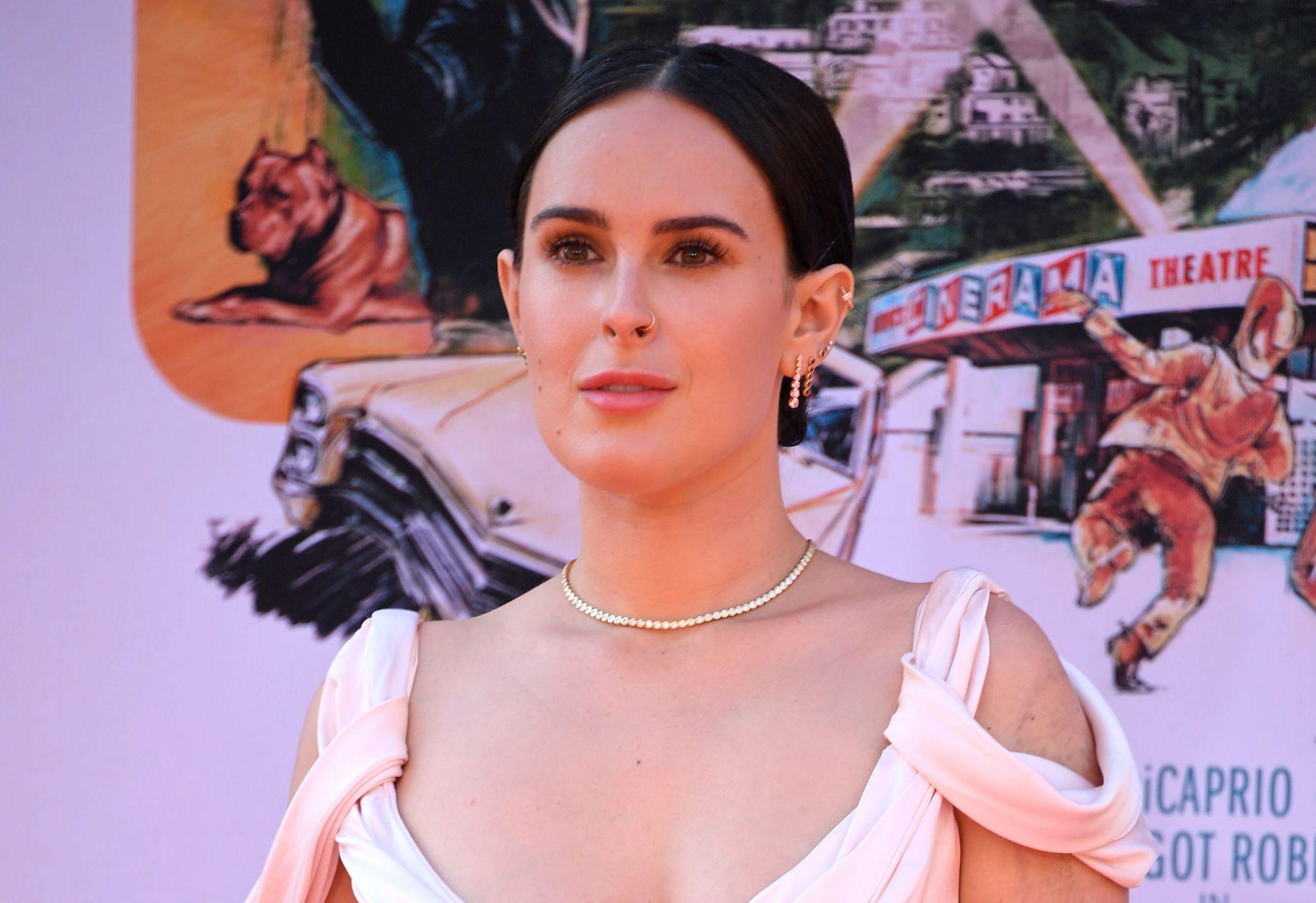 PREMIERE: Rumer Willis på rød løper før visningen av «Once Upon a Time in Hollywood» i Los Angeles for to uker siden. Her ligner hun sin mor, Demi Moore.