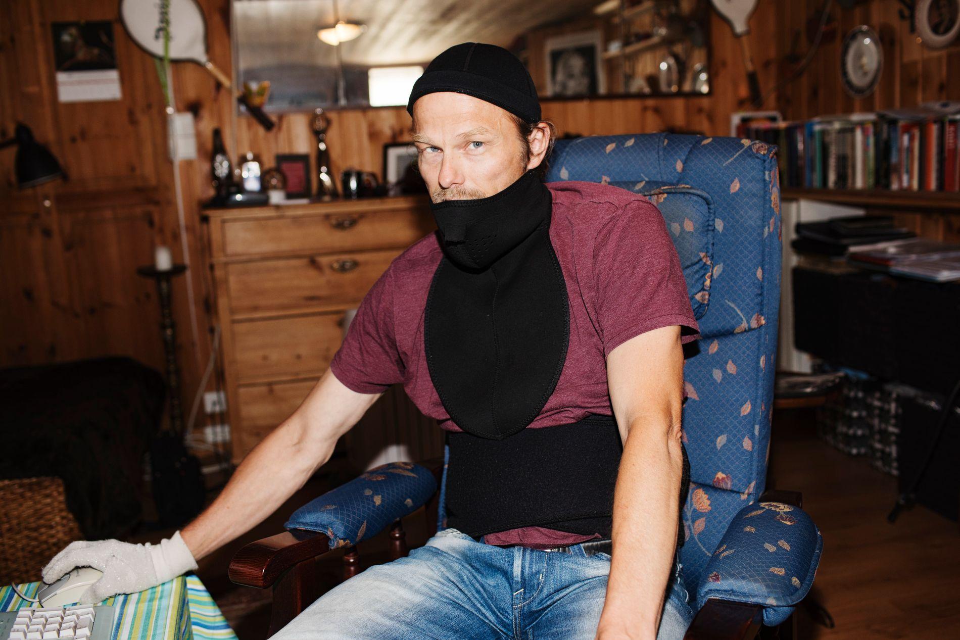 NEOPREN MOT STRÅLING: Odd-Erik Helgesen har skrevet to bøker om elfølsomhet. VG møter ham i hans leilighet i Tønsberg. Hodet, halsen og magen dekker han med neopren for å skjerme seg mot stråling. På hånden har han en sølvhanske.