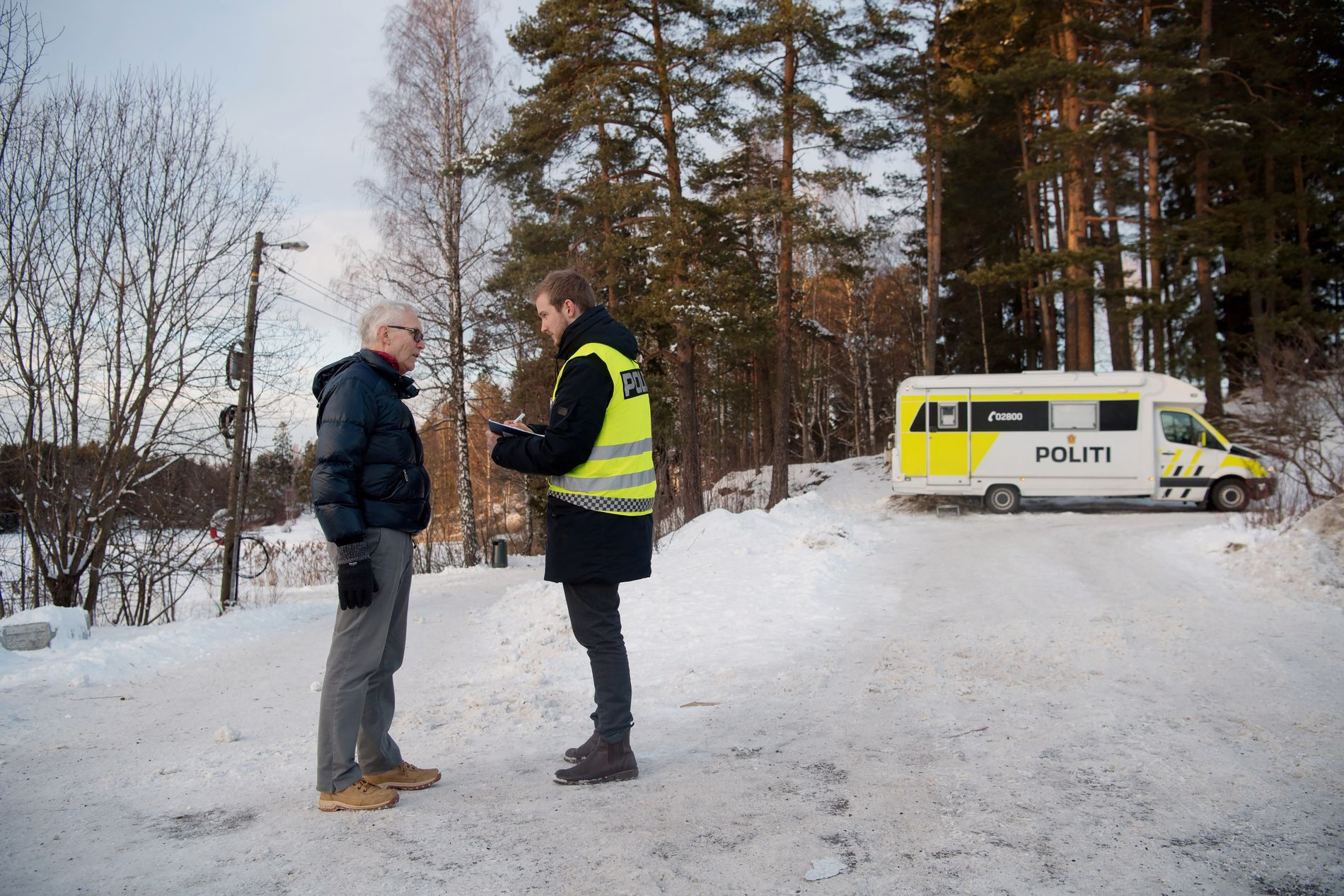 VARSLET: Naboen gikk den korte veien hjemmefra og hit til politiets mobile enhet ved Sloraveien og Langvannet i Lørenskog for å fortelle hva han hadde sett allerede onsdag i forrige uke.