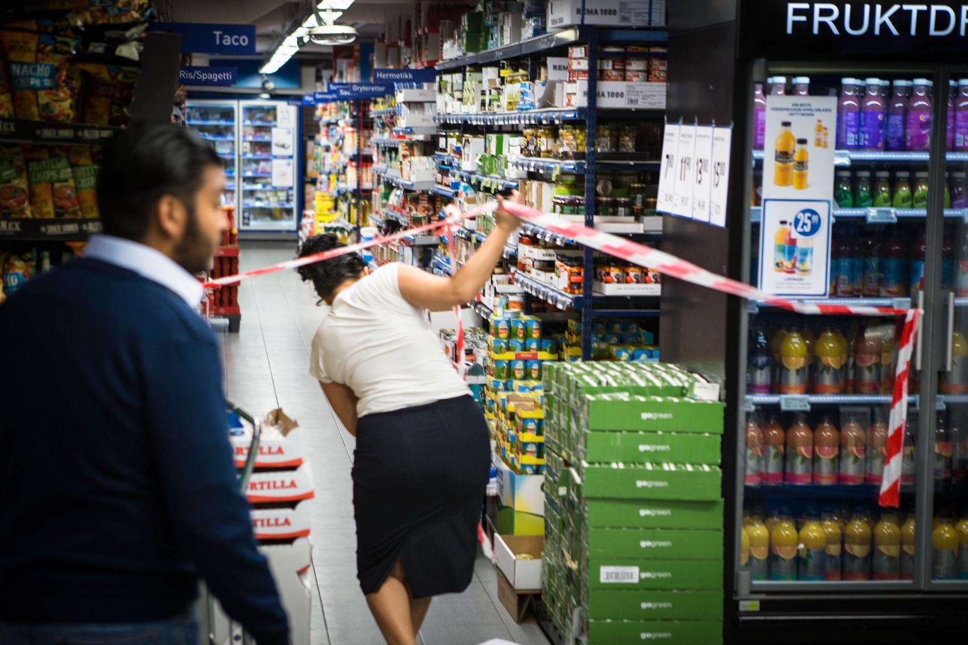 MØTTE IKKE VEGGEN: Båndene i Remas butikk på Løren var ikke til hinder for kundene. Og de fikk lov til å gjøre det og handlet i hele butikken. FOTO: MATHIAS JØRGENSEN/VG