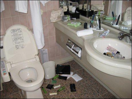 TOALETTROT: Både Øglænd og Sandberg fikk en ryddejobb etter at skjelvet skaket hotellet deres. Foto: Tryggve G. Øglænd