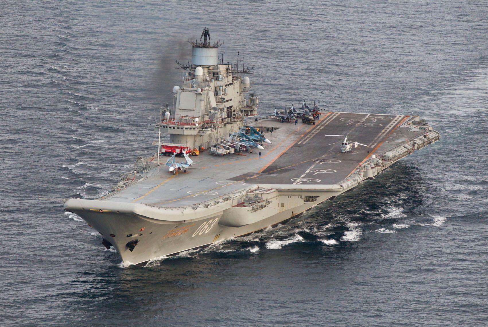 UTENFOR NORDLAND I KVELD: Det russiske hangarskipet «Admiral Kuznetsov», seiler sammen med syv andre fartøyer langs Norskekysten. Bildet er tatt tidligere mandag i internasjonalt farvann vest for Andøya i Nordland.