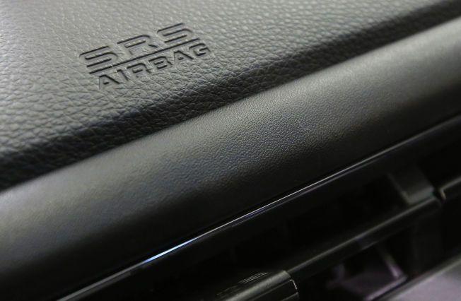 AIRBAG-FEIL: Her er en kollisjonsputelogo avbildet på en Honda. Det er bare en av en rekke produsenter som kan ha blitt rammet av den potensielt farlige feilen.