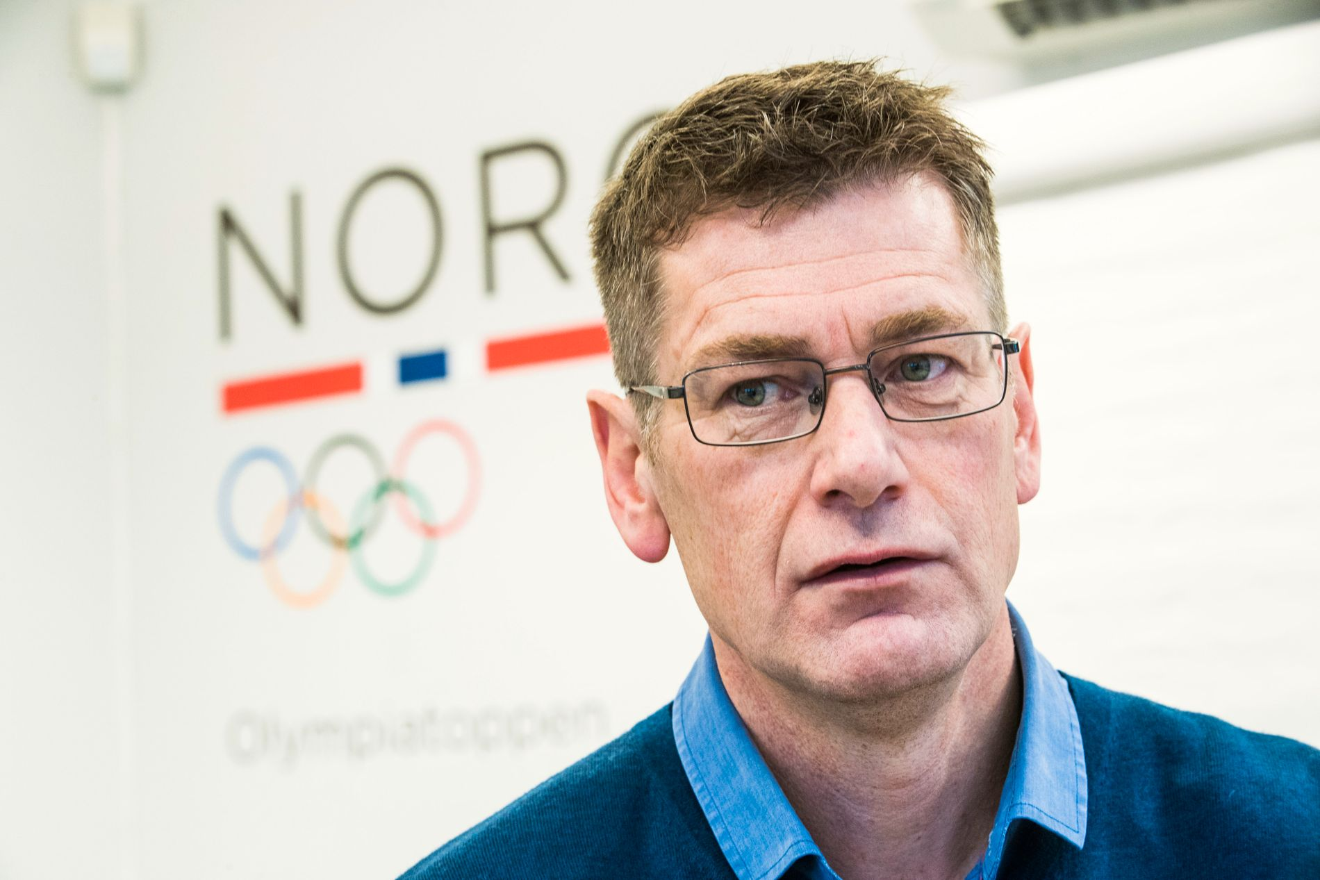 KRITISK: Sammen med Roald Bahr og Mona Kjeldsberg, sjefleger ved Olympiatoppen, retter toppidrettssjef Tore Øvrebø en lang pekefinger mot NRK.