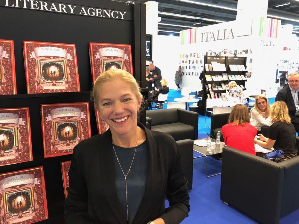 HOT I TYSKLAND: I Tyskland er Maja Lunde superstjerne etter suksessen med «Bienes historie», og hun beskriver det hele som intenst:– Det er mye folk, autografjegere – og helt annerledes å være forfatter der enn her, forteller Lunde. Her fotografert på bokmessen i Frankfurt.