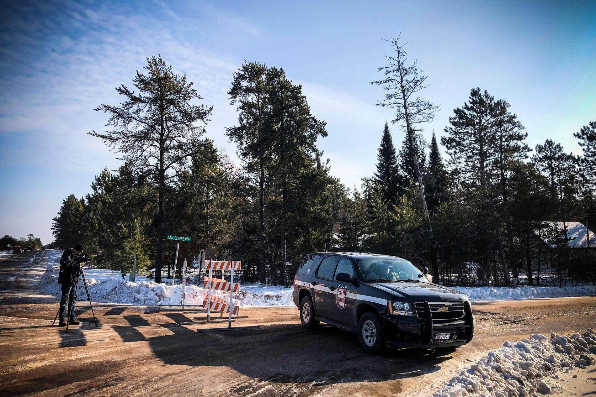 FUNNET HER: En politibil sperrer veien ved stedet hvor 13-åringen ble funnet torsdag. I dette området ligger huset hvor hun ble holdt fanget.