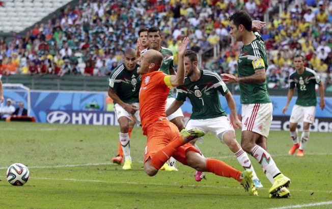 AVGJØRELSEN: Arjen Robbenn faller på sedvanlig vis, Mexico-kaptein Ráfa Márques (til høyre) skjønner at dette kan bli straffe. Og det gjør det. Huntelaar scorer på overtid og Nederland vinner 2-1. Foto: Wong Maye-E, AP
