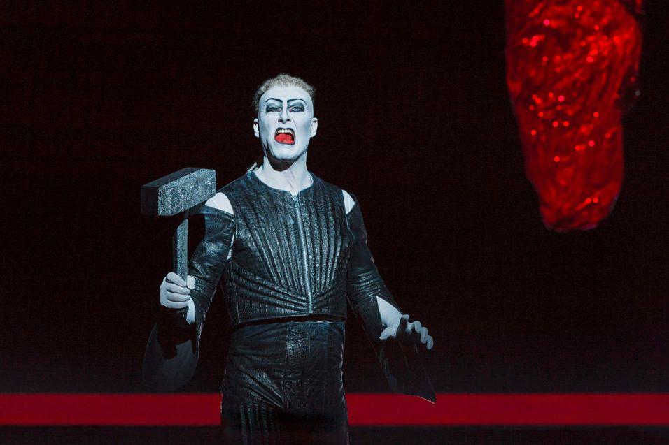 TOR PÅ TUR: Frode Winther  som Tor, en mann som handler før han tenker. Foto: LESLEY LESLIE-SPINKS