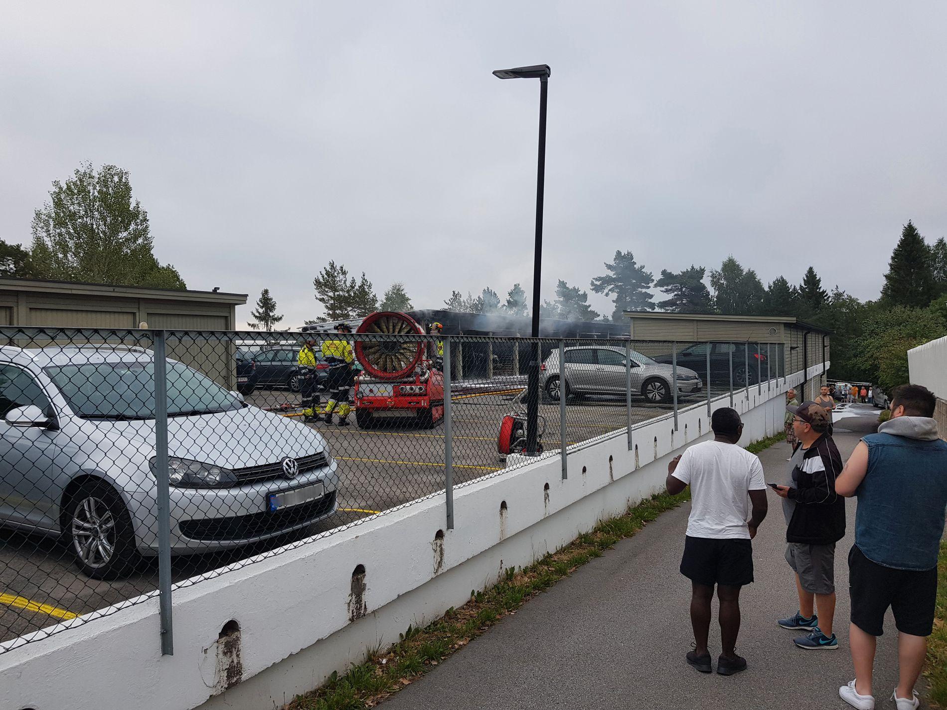 FLERE BILER I BRANN: Et titalls kjøretøy på Nyjordet har ifølge politiet fått ulike skader som følge av bilbrann.