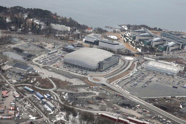 DRØMMEN KNUST: Telenor Arena rommer tusenvis av flere publikummere enn storsalen i Chateu Neuf. Her er flyfoto over Telenor Arena.