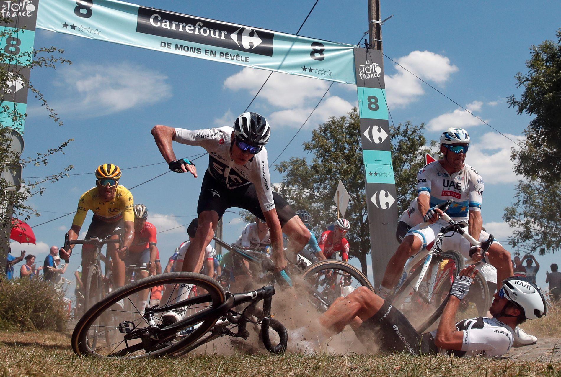STJERNEKRASJ: Chris Froome (i hvitt til venstre) og Alexander Kristoff (øverst til høyre) kjørte ut i samme sving og deiset samtidig i bakken på søndagens etappe.