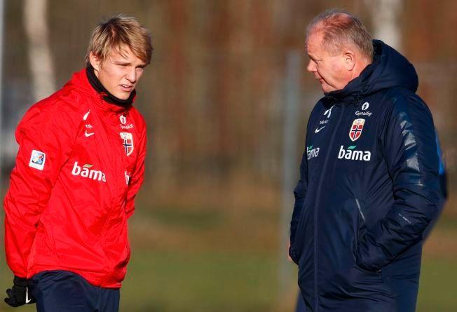 UBENYTTET JOKER: Per-Mathias Høgmo slapp ikke til Martin Ødegaard på Ullevaal. Kan 16-åringen være jokeren som bryter barrieren i Budapest? Her er duoen på fredagens trening på Lillestrøm.
