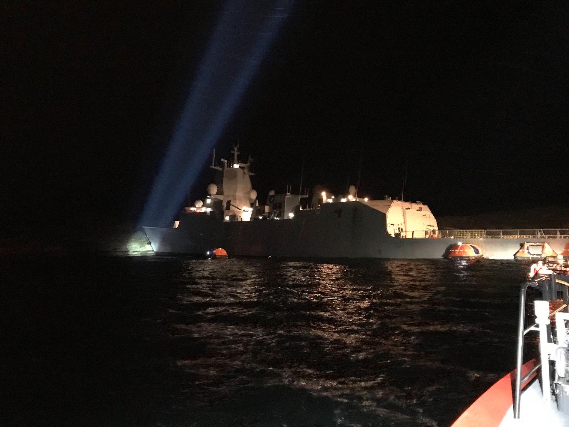 EVAKUERING: Alle som var om bord på KNM «Helge Ingstad» ble evakuert. Dette bildet ble tatt av redningsskøyten K.G. Jebsen, som deltok i dette arbeidet.