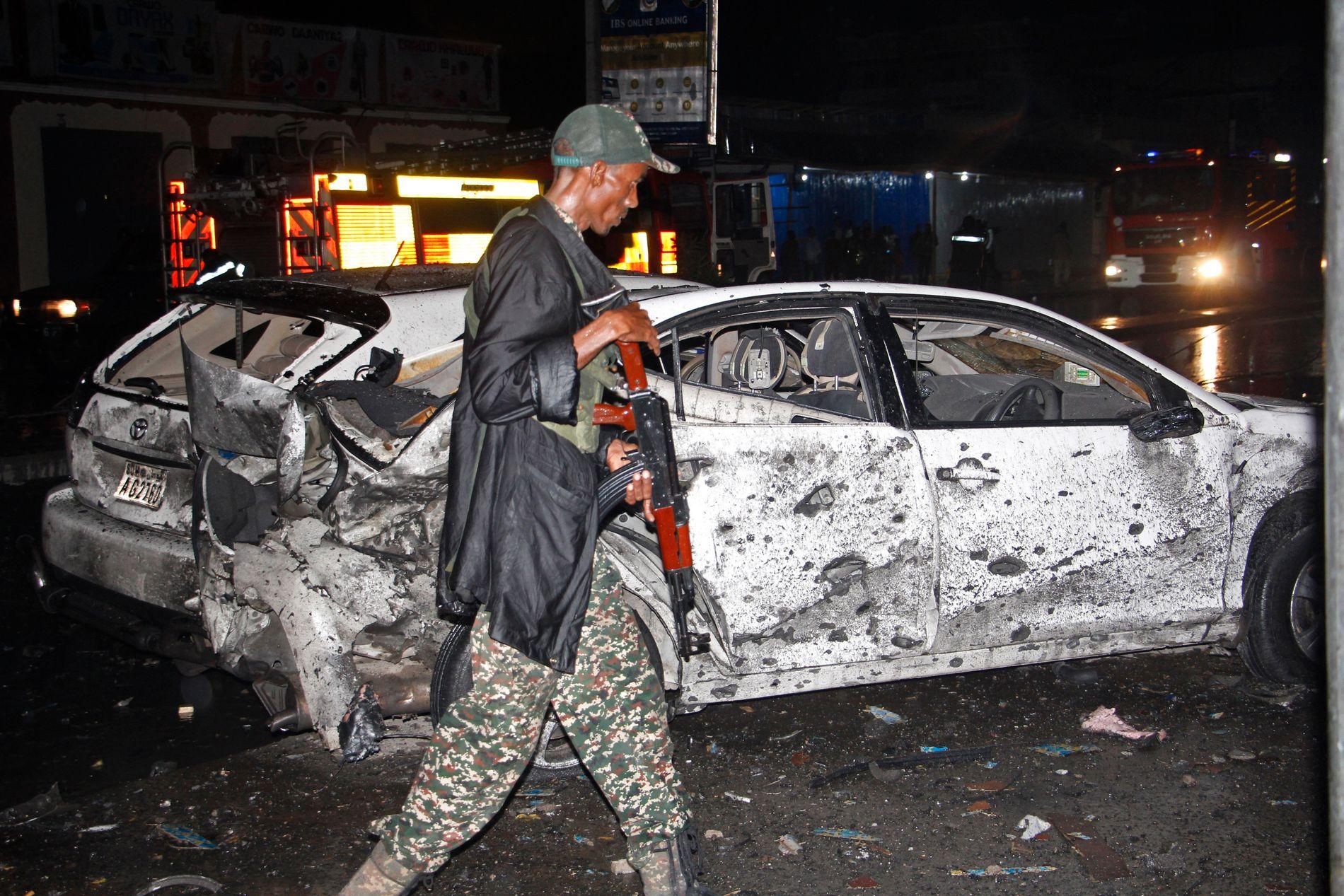 ANSES SOM TRYGGERE: To bilbomber eksploderte i Somalias hovedstad Mogadishu 5. august og seks mennesker ble drept. Den somaliske staten er ikke i stand til å beskytte innbyggerne og dermed kan ikke Norge sende somaliske flyktninger dit, mener organisasjonene NOAS, Redd Barna og Fellesorganisasjonen. Regjeringen er uenig.