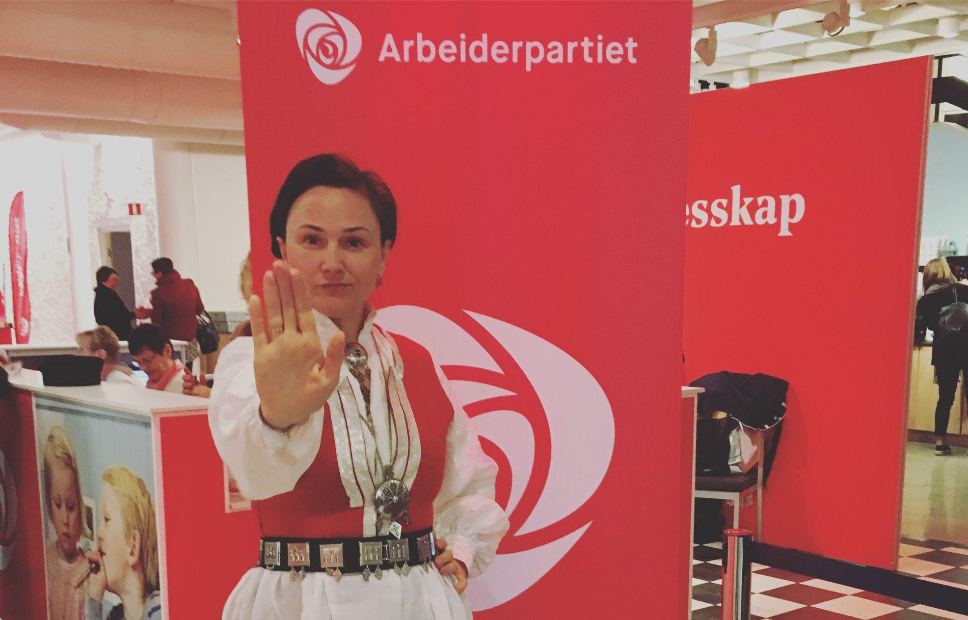 STOPP: Torsdag stilte Anja Cecilie Solvik opp i bunad på Arbeiderpartiets landsmøte i håp om å samle støtte til kampen for å stoppe nedleggingen av fødeavdelingen på sykehuset i Kristiansund.