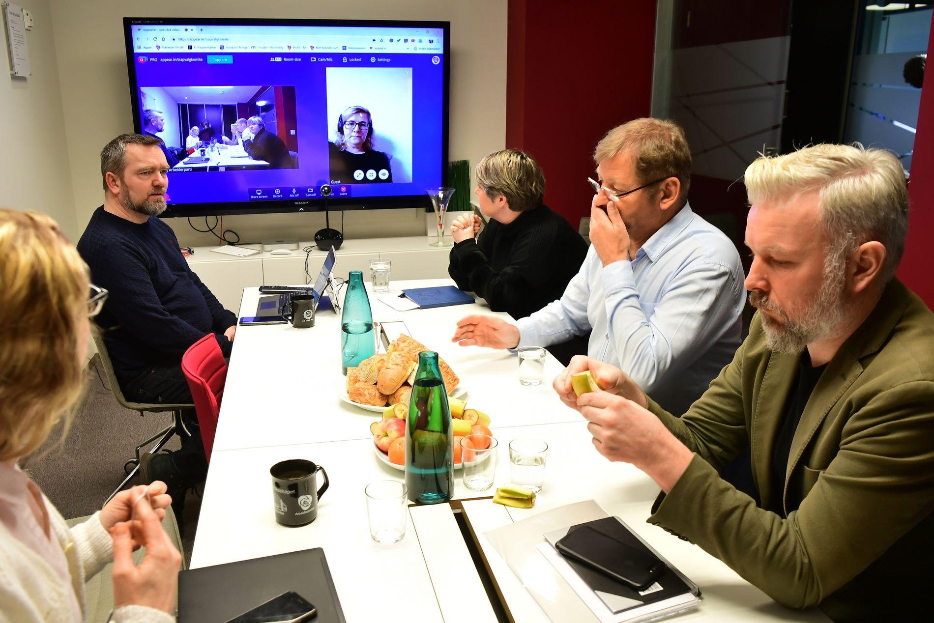 MØTET I GANG: Her er valgkomiteen samlet på møterommet. På skjermen er komitémedlem Inger-Marit Eira-Åhren med på videosamtale.